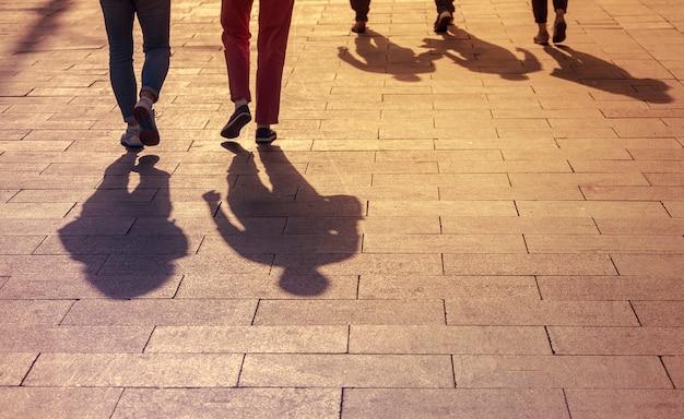 Schatten und silhouetten von menschen