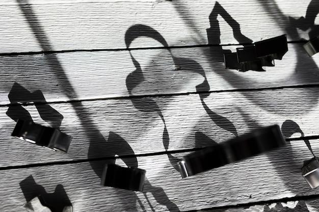 Schatten von formen für plätzchen auf hölzernem brett