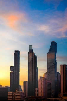 Schattenbild-bangkok-stadtbild-skyline im sonnenaufgang