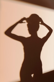 Schattenbild der anmutigen frau nach der dusche
