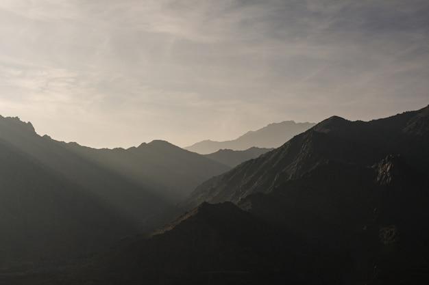 Schattenbild der berge mit der schönen landschaft des sonnenuntergangs