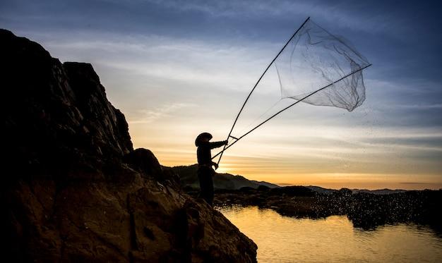 Schattenbild der fischer in thailand