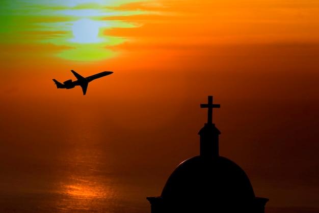 Schattenbild der flugzeuge mit kirche