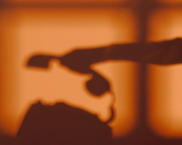 Schattenbild der frau, die ein telefon benutzt