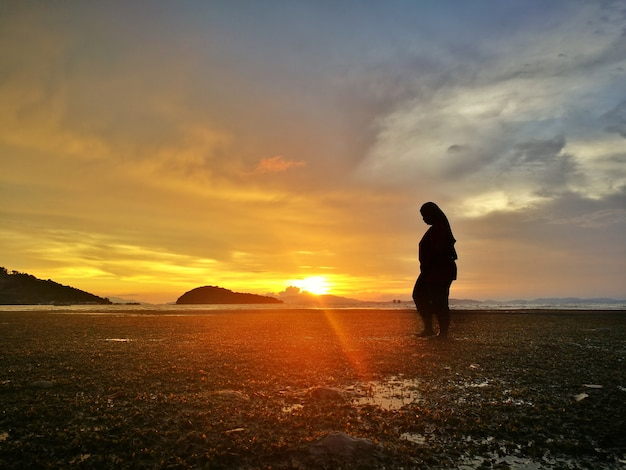 Schattenbild der frau im meer am abend bei kohyaoyai, phangnga, thailand