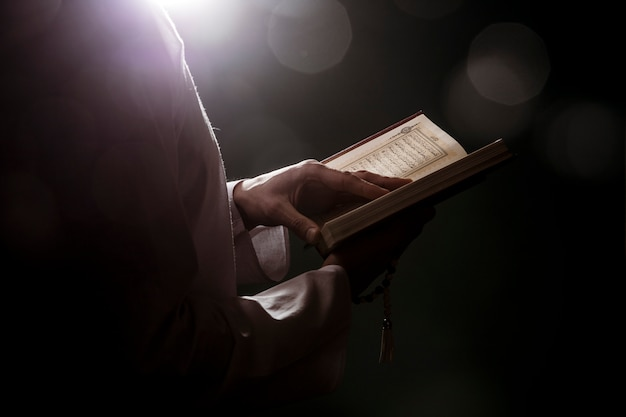 Schattenbild der frauenlesung im quran