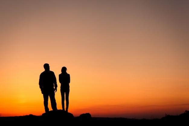 Schattenbild der glücksfamilie gegen schönen bunten himmel. s.
