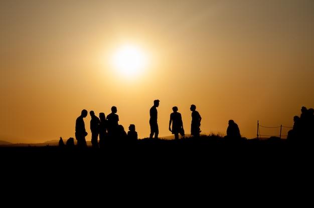 Schattenbild der person bei sonnenuntergang
