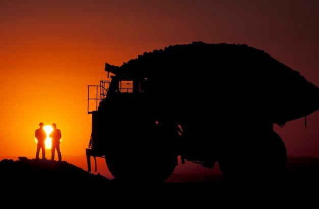 Schattenbild der silber- und goldlastwagenfahrer