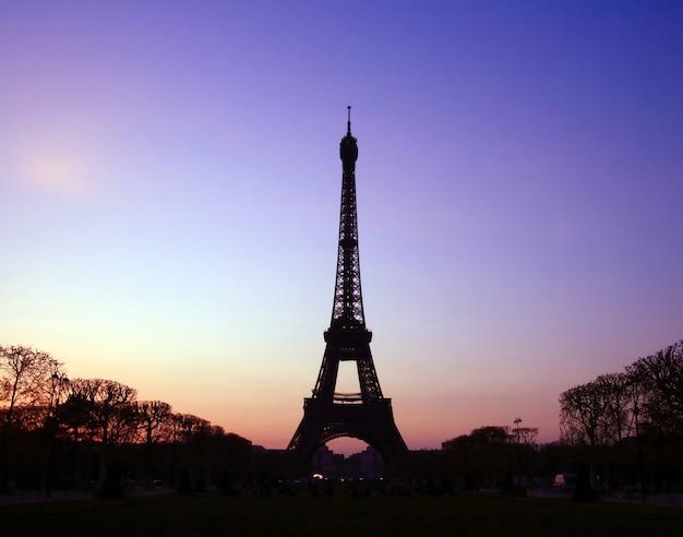 Schattenbild des eiffelturms am abend