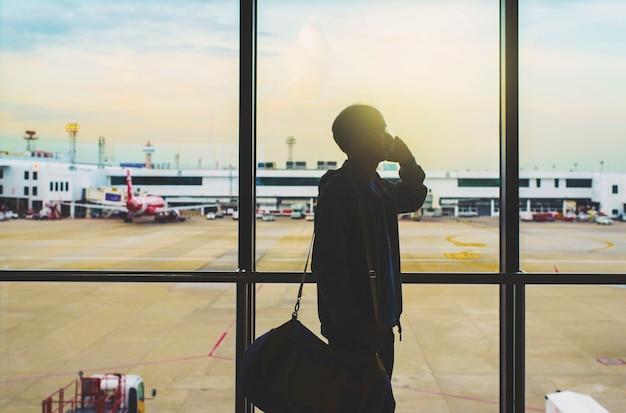 Schattenbild des geschäftsmannes am flughafen