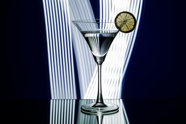 Schattenbild des glases im nachtclub
