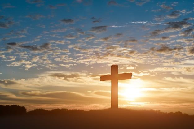 Schattenbild des katholischen kreuzes, kreuzigung von jesus christus am sonnenunterganghintergrund.