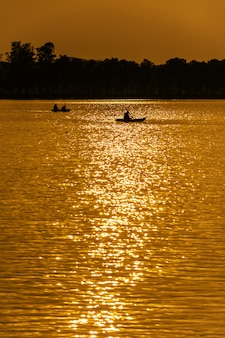 Schattenbild des kayaking in der dämmerungszeit