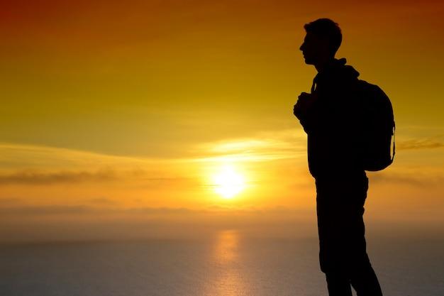 Schattenbild des mannes auf sonnenuntergang. element des designs.