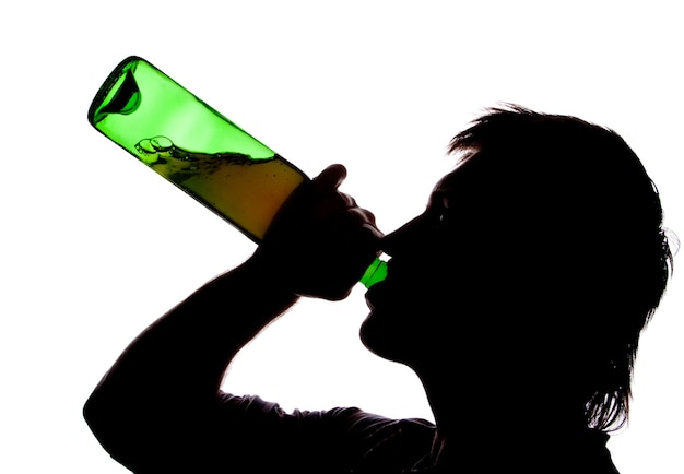 Schattenbild des mannes, der alcoho trinkt