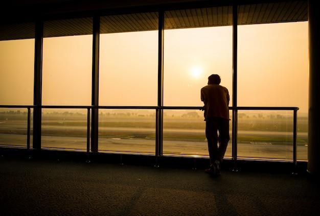 Schattenbild des mannes, der auf den flug wartet