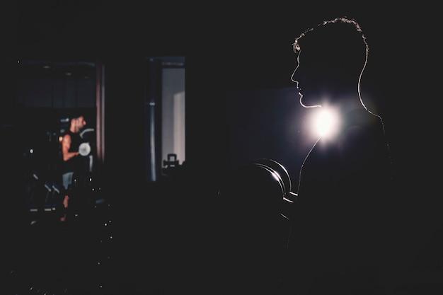 Schattenbild des mannes in der turnhalle
