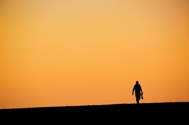 Schattenbild des mannes in der wüste