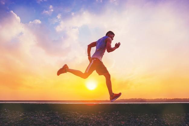 Schattenbild des mannes laufend, auf straße zu sprinten.