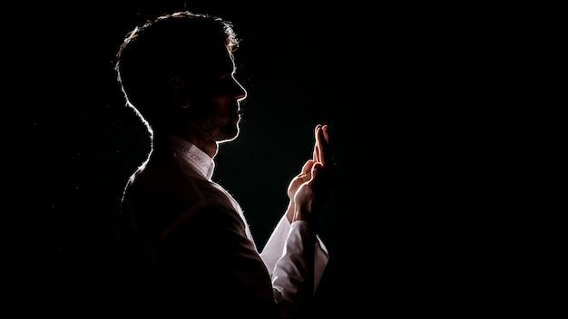 Schattenbild des moslemischen mannes betend