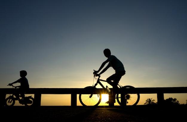 Schattenbild des radfahrers bei sonnenuntergang