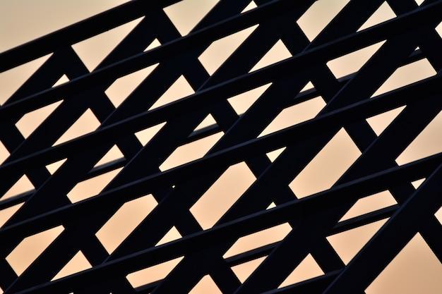 Schattenbild des stahldachrahmen-hochbaus mit sonnenuntergang.