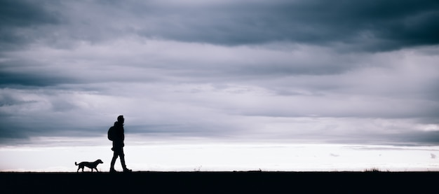 Schattenbild des wanderers und des hundes