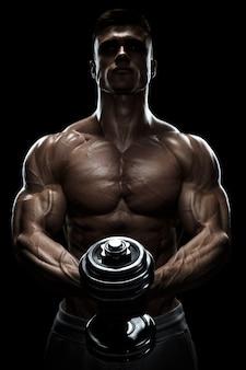 Schattenbild eines bodybuilders, der oben muskeln mit dummkopf pumpt