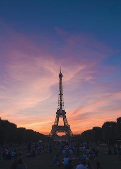 Schattenbild eines eiffelturms in paris, frankreich mit schöner landschaft des sonnenuntergangs