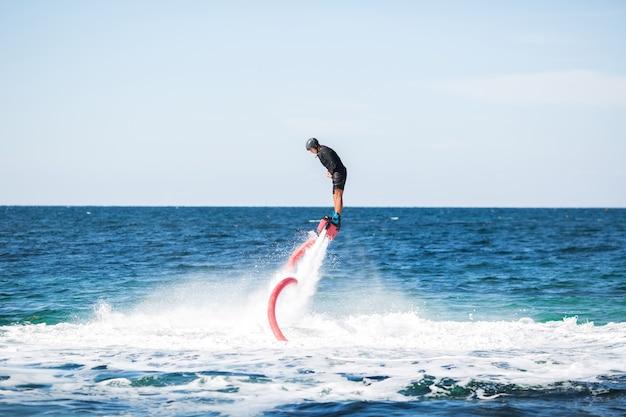 Schattenbild eines fliegenbrettreiters auf see