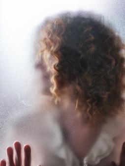 Schattenbild eines mädchens hinter milchglas
