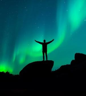 Schattenbild eines mannes, der den nachthimmel beobachtet