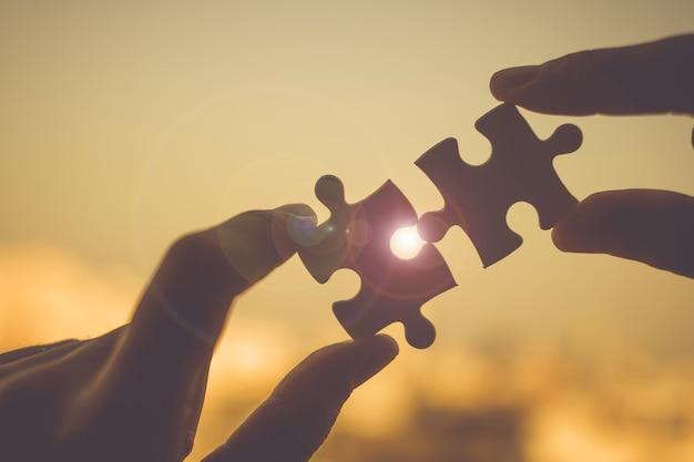 Schattenbild frau übergibt verbindungspaar puzzlespielstück