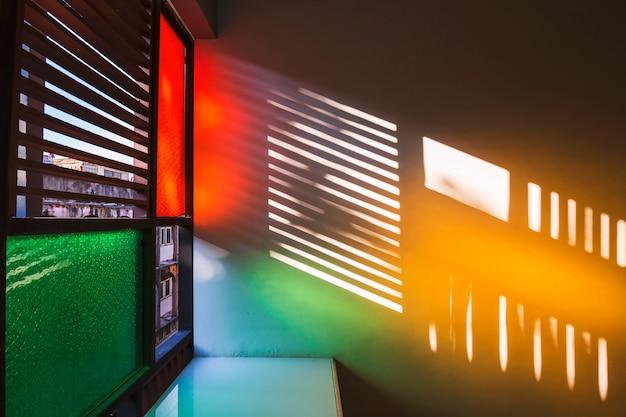Schattenbild von retro- fenstern und von farbe vom weinleseglas.