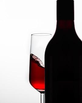 Schattenbilder der weinflasche und des weinglases