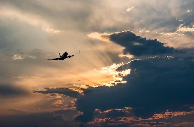 Schattenbilder des flugzeugfliegens im himmel