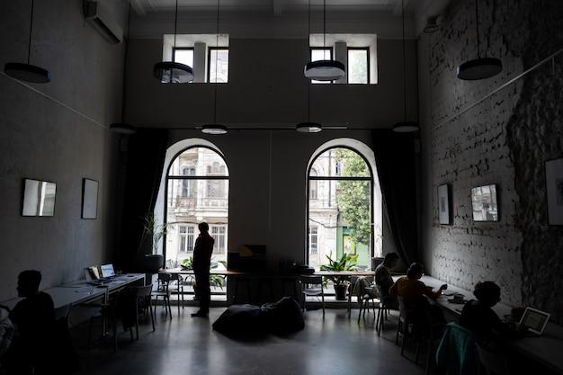 Schattenbilder einiger kollegen, die im büro in verbindung stehen