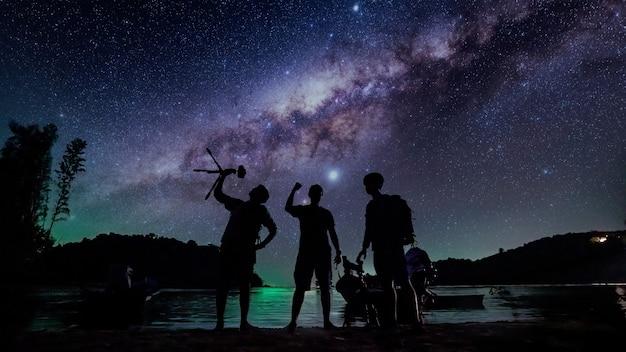 Schattenbildfotograf mit milchstraßenhintergrund