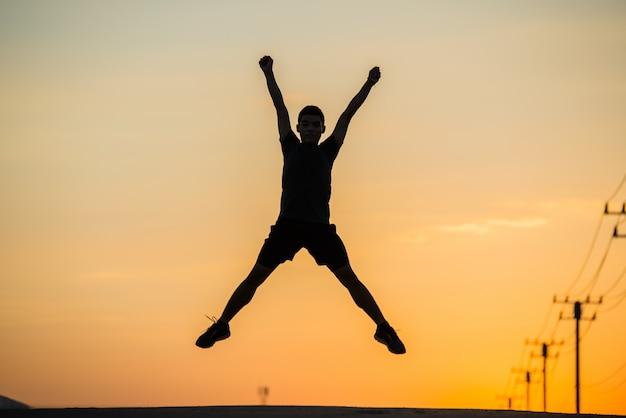 Schattenbildmannläufer mit weinleseleuchte sport und aktivem leben konzept