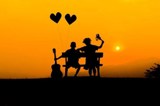 Schattenbildpaare, die glücklich nebeneinander sitzen
