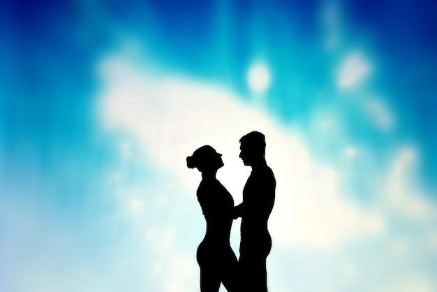 Schattenspiel. liebhaber umarmen sich