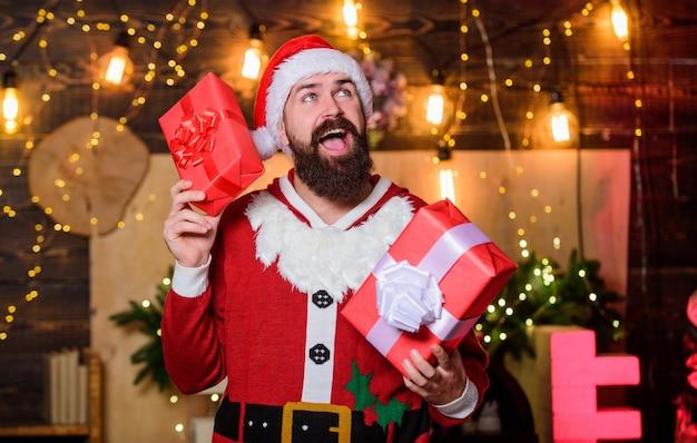Schau dir das einfach an. bärtiger mann weihnachtsmütze. wintereinkaufsverkauf. fröhlicher elf. lieferung von weihnachtsgeschenken. bärtiger weihnachtsmann liefert geschenke. weihnachtseinkauf. frohes neues jahr. weihnachtsgeschenkbox.