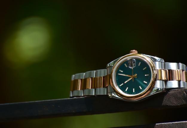Schau dir eine armbanduhr für das geschäft an