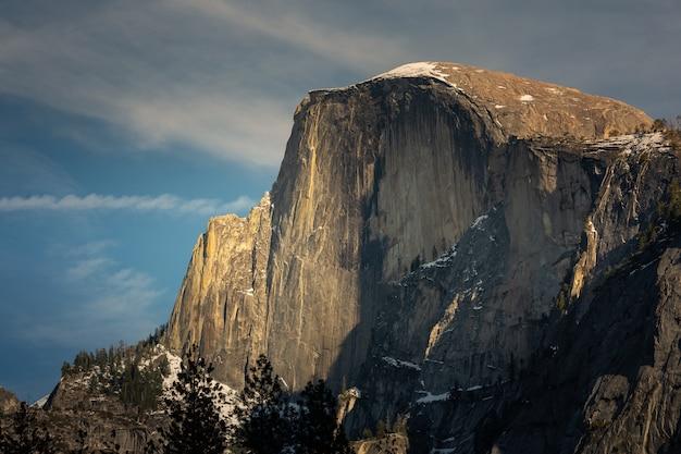 Schauen sie sich den half dome im yosemite national park in kalifornien an