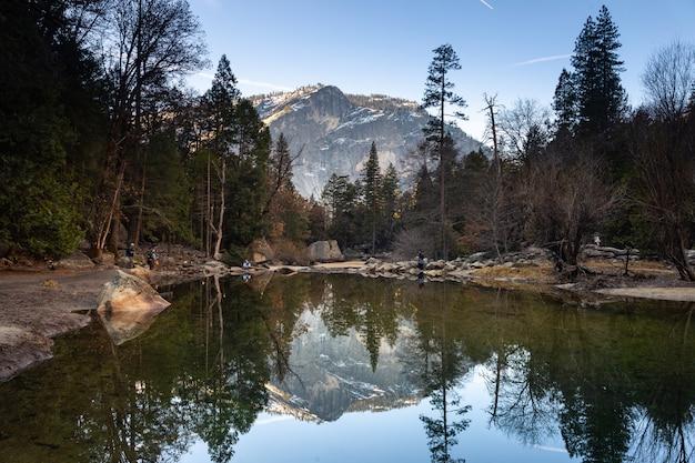 Schauen sie sich den mirror lake an, eine klassische ansicht vom yosemite national park in kalifornien