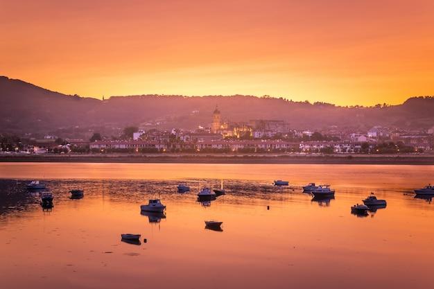 Schauen sie sich hondarribia an, eine kleine stadt neben donostia-san sebastian und eine der schönsten städte des baskenlandes.