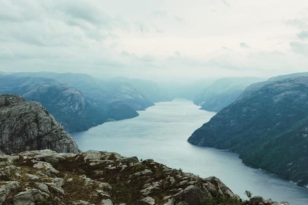 Schauen sie von oben auf die sonne, die über den fjord scheint