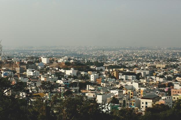 Schauen sie von oben auf griechische stadt mit rauch bedeckt