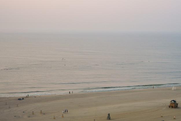 Schauen sie von weitem auf die meereswellen des indischen ozeans